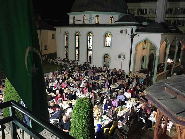مائدة إفطار كبيرة في بريبوي السنجقية