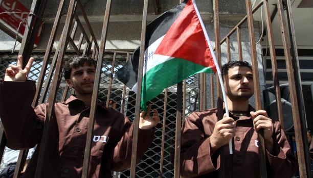 الأسرى الفلسطينيون يواصلون اضرابهم عن الطعام وسط اجراءات اسرائيلية قمعية
