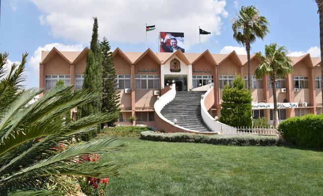 جامعة اليرموك تنذر 7 موظفين بسبب تعليقات على فيسبوك