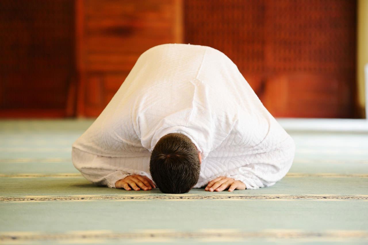 دراسة بريطانية: صلاة المسلمين تقلل آلام الظهر