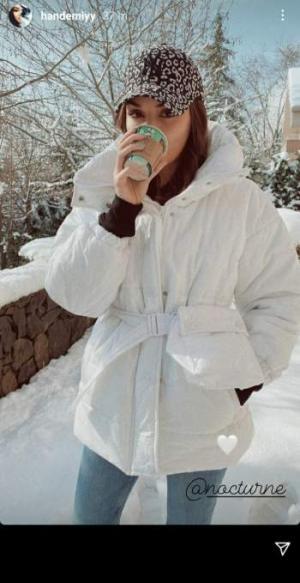 هاندا أرتشيل تستمتع وسط الثلج بإطلالة عفوية – بالصورة