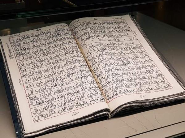 """شاهد: سيدة باكستانية تخيط حروف القرآن الكريم كاملا بـ""""التطريز اليدوي"""""""