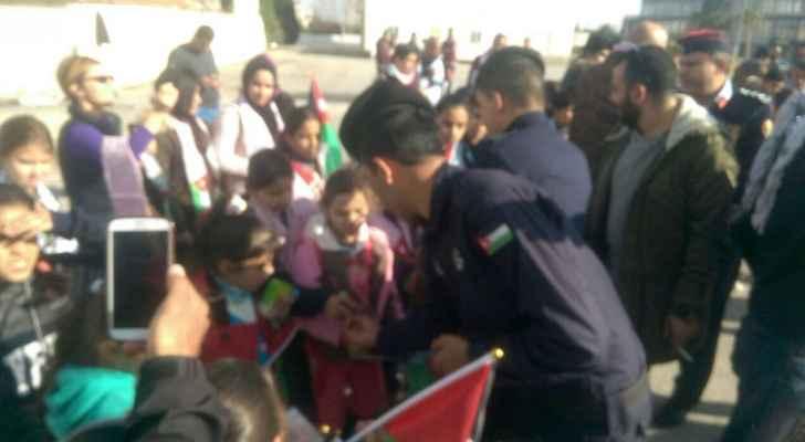 بالصور  ..  العصير والسكاكر للأطفال في بادرة للأمن العام