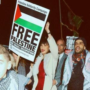 بيلا حديد تشارك في تظاهرات دعماً لفلسطين