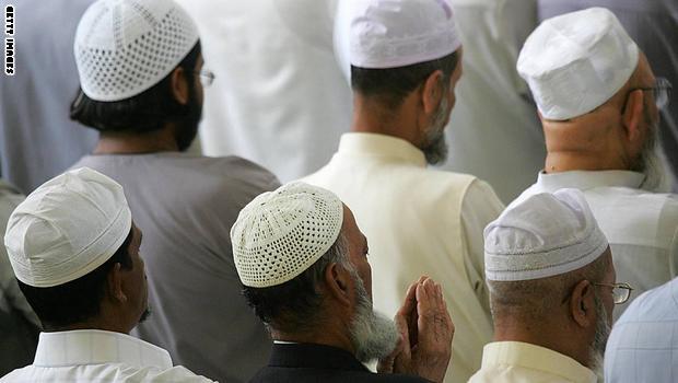 ما حكم تتبُّع الأئمة الذين في أصواتهم جمال؟