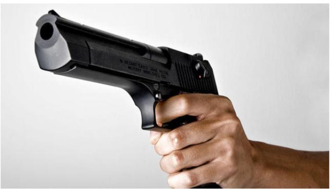 القبض على سيدة أشهرت مسدسا بوجه قاضية بمحكمة غرب عمان