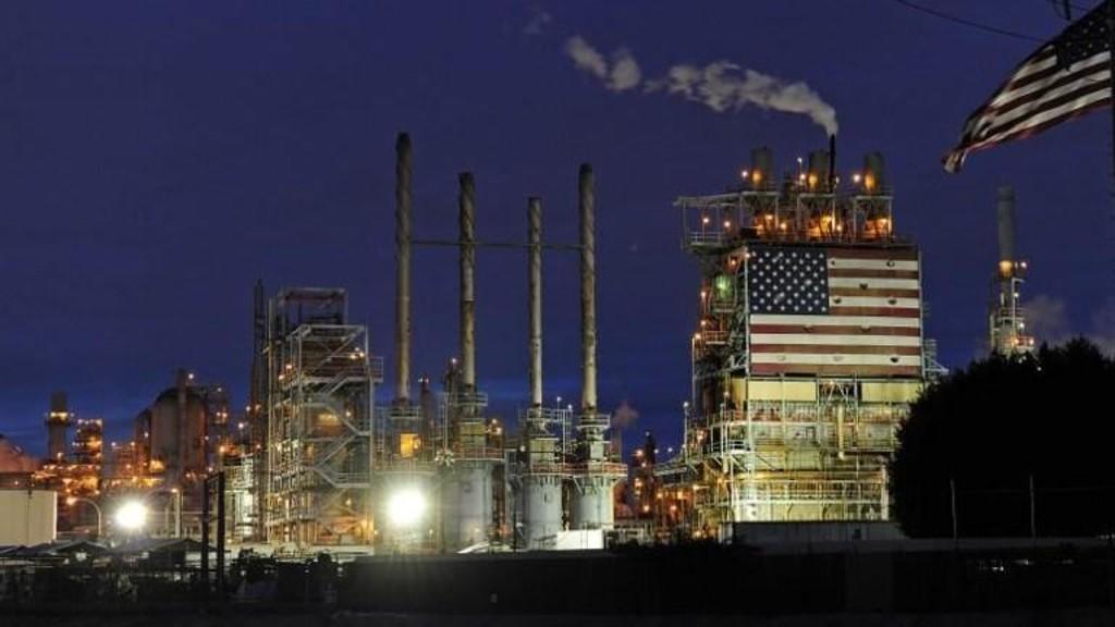 النفط يوسع خسائره بعد أكبر انخفاض شهري له في عامين