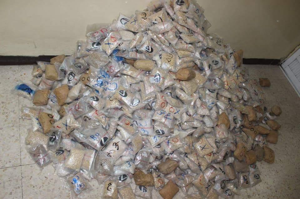 ادارة مكافحة المخدرات تحبط تهريب كمية كبيرة من الحبوب المخدرة في مداهمة القي القبض خلالها على اربعة اشخاص