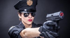 ضبط شرطية متلبّسة بسرقة الملابس في أحد متاجر نيويورك