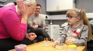 بريطانيا: بعد سبع سنوات من الصمم طفلة تسمع صوتها لأول مرة