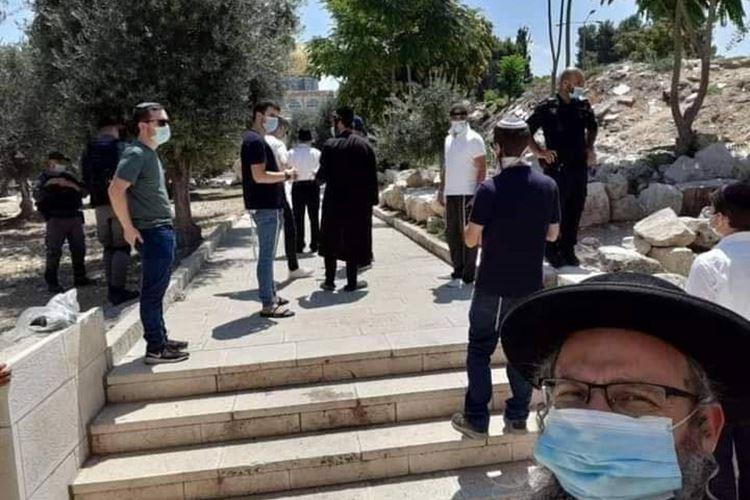 مستوطنون متطرفون يقتحمون باحات الأقصى بحراسة شرطة الاحتلال
