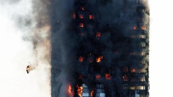 الشرطة البريطانية ترجح مقتل 79 شخصا في حريق البرج السكني في لندن