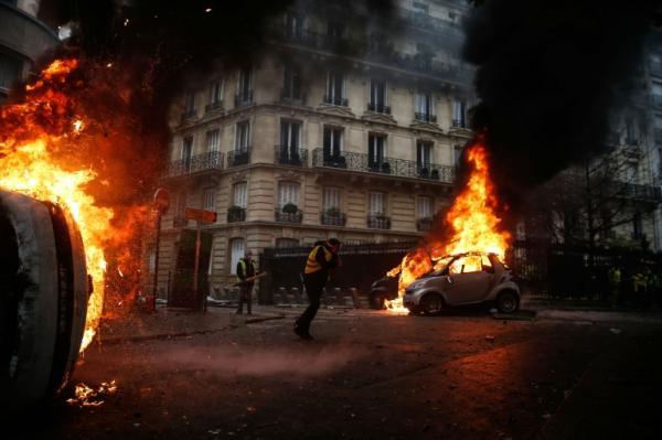 السجن لاثنين من المحتجين في فرنسا بعد إحراق مبنى