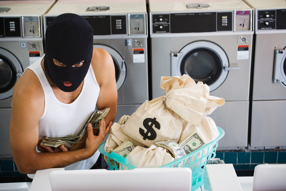 الإطاحة بشبكة لغسيل الأموال بينها موظفا بنك .. تورطت في تحويل 10 ملايين للخارج خلال شهرين