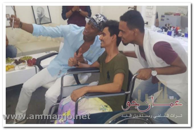 محمد رمضان يلتقط سلفي مع شاب على كرسي متحرك