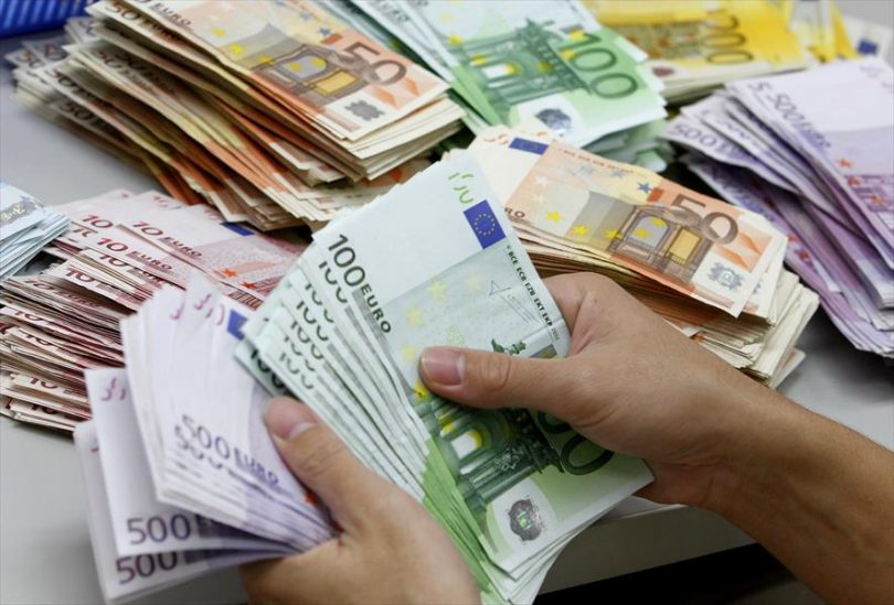 الإسترليني يتراجع أمام الدولار واليورو