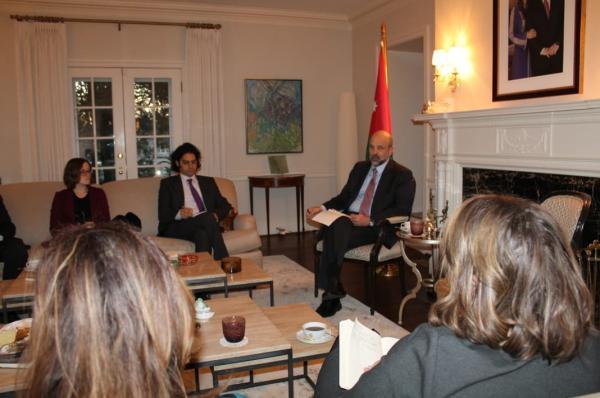 رئيس الوزراء يلتقي صحفيين من كبرى وكالات الأنباء وشبكات التلفزة الأمريكية