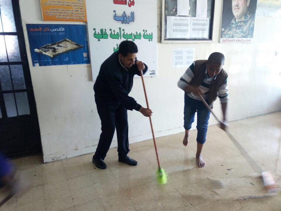 مدير ومعلمو مدرسة الجيزة الثانوية في حملة نظافة المدرسه