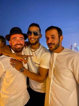 الفنان المصري محمد رمضان يحتضن مطربا إسرائيليا في دبي
