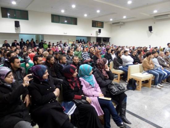 فرقة مسرح الشارع تقدم عرضا في اليرموك