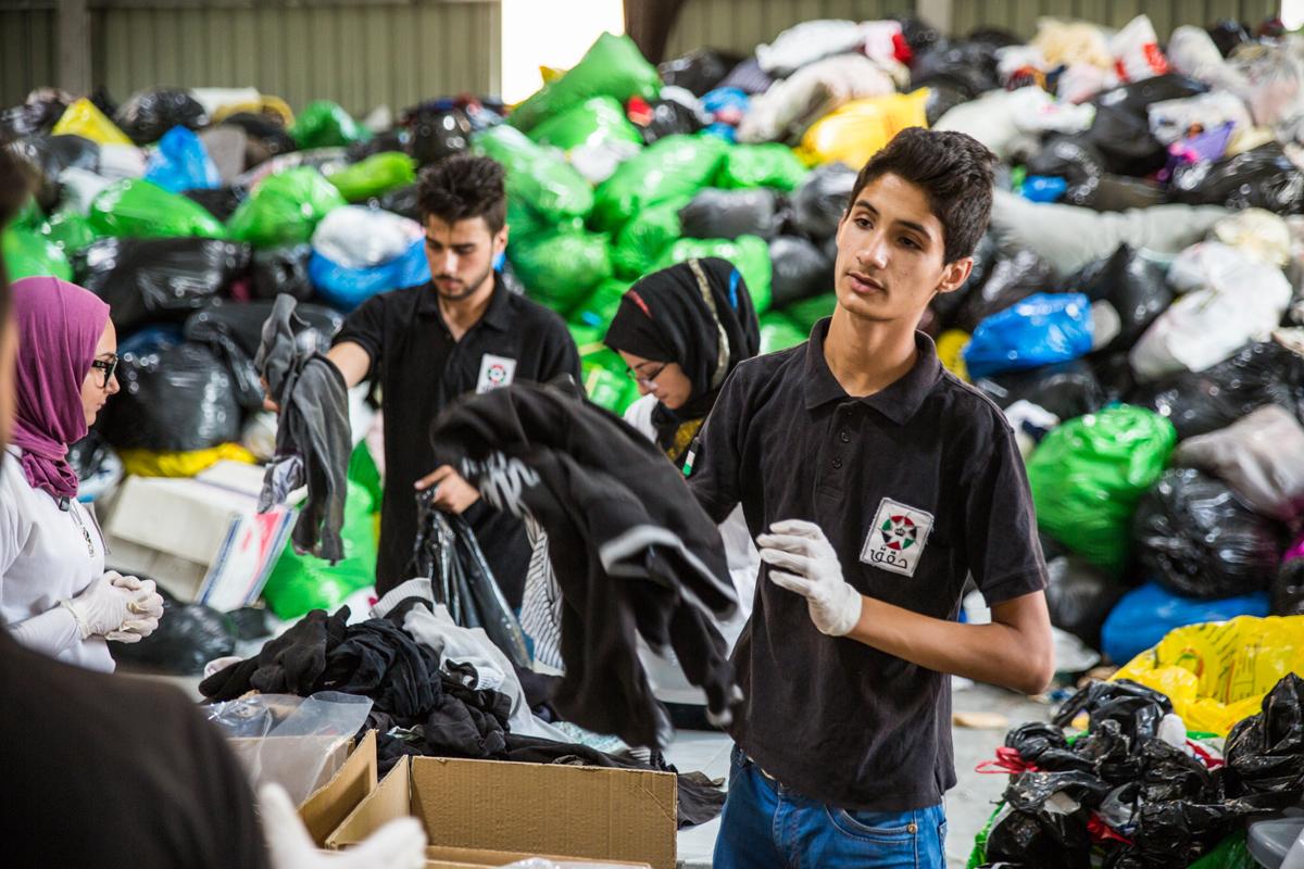 فرسان مبادرة حقق التابعة لمؤسسة ولي العهد يتطوّعون مع بنك الملابس الخيري