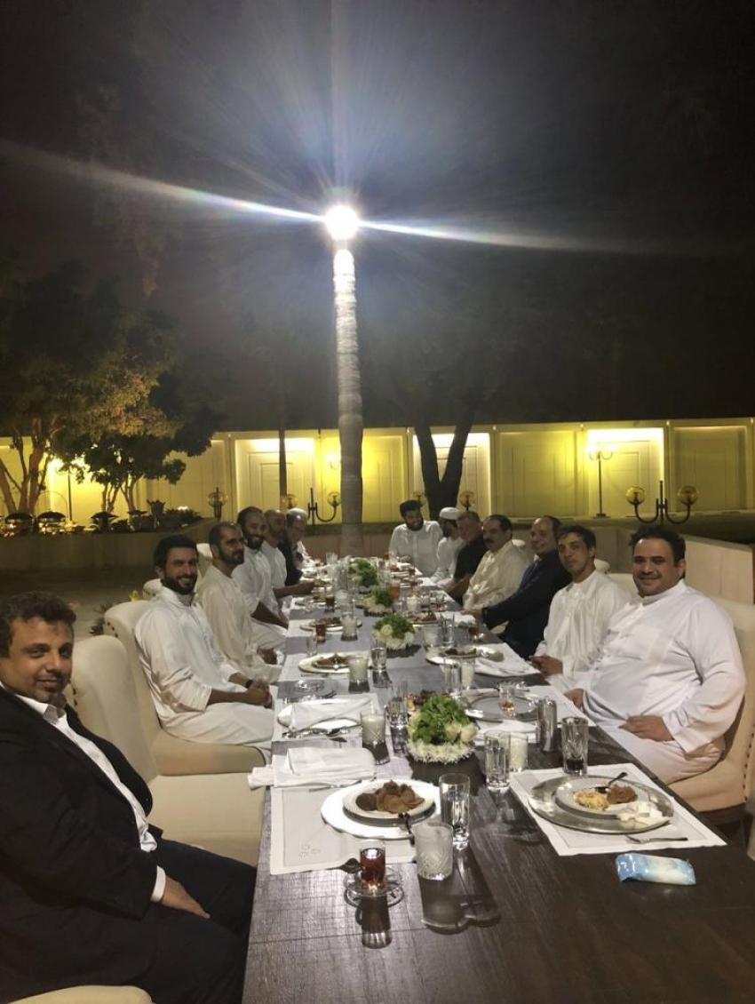 «بعيداً عن الرسمية» الملك عبدالله الثاني وزعماء عرب على مأدبة عشاء