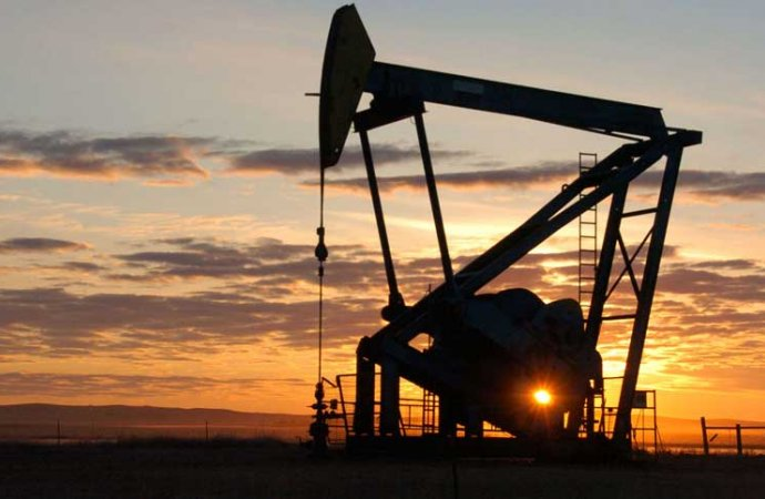 النفط يتجه لانخفاض أسبوعي