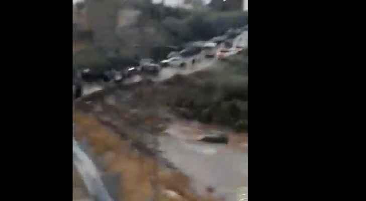 الدفاع المدني : وفاة طفلة جرفت السيول مركبة ذويها في محافظة مادبا  ..  والبحث عن مفقودين