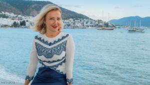 بتهمة حديث عن غلاء الكرز ..  التحقيق مع أشهر فنانات تركيا